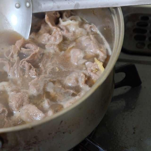 肉を煮ているところ