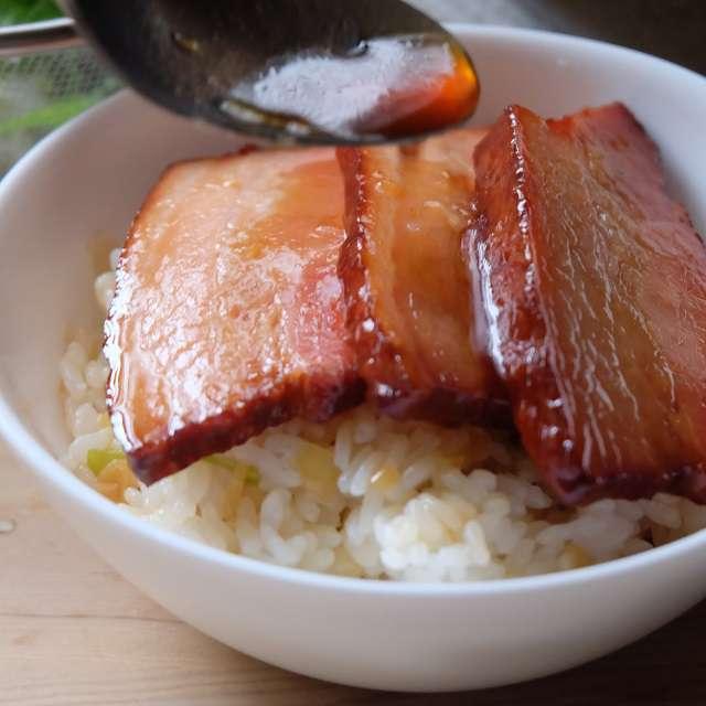 焼き豚3枚をのせ煮汁をかける