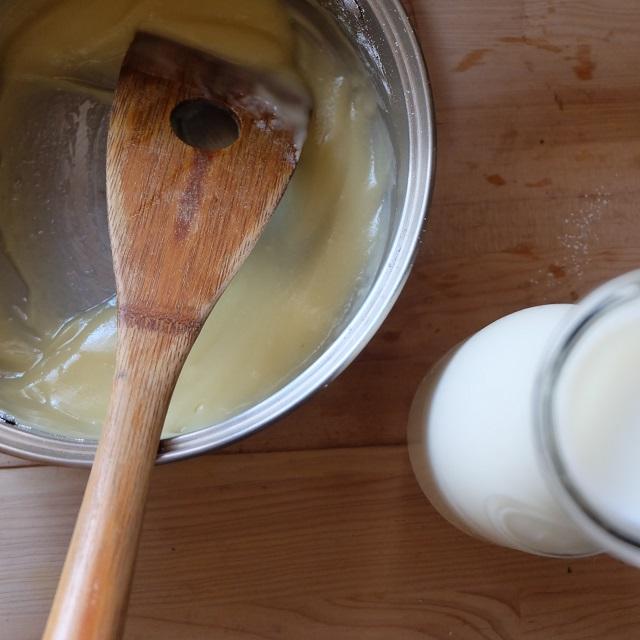 ふるった小麦粉をバターで焦がさないように炒める