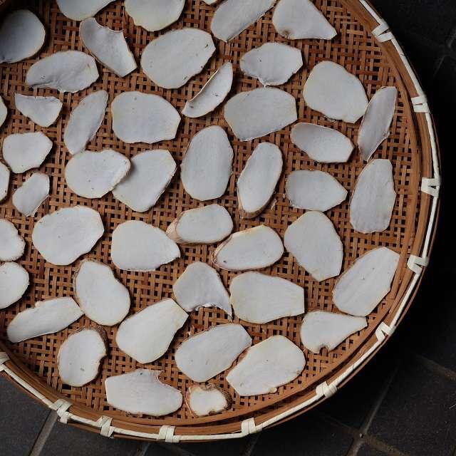 スライスした里芋を風通しの良い場所で2時間くらい乾かす
