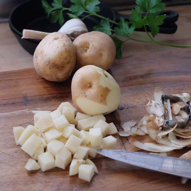 ジャガイモを1cmの角切りにする