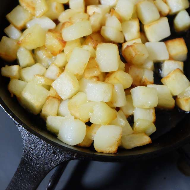 ジャガイモをじっくりと炒める