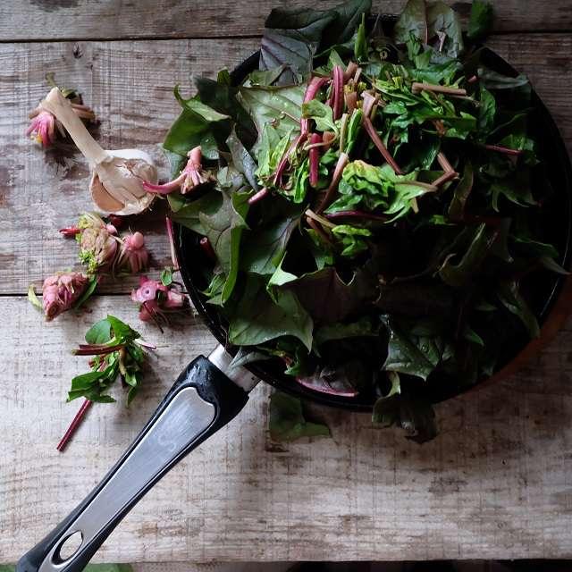 ベーコン、ニンニク、赤唐辛子を取り出し、ホウレン草を炒める