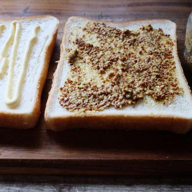 食パンにマヨネーズ、もう片方にマスタードを塗る