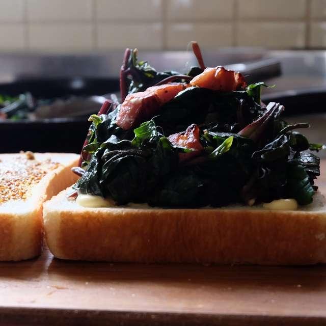 ホウレン草とベーコンのソテーをパンにのせて挟む
