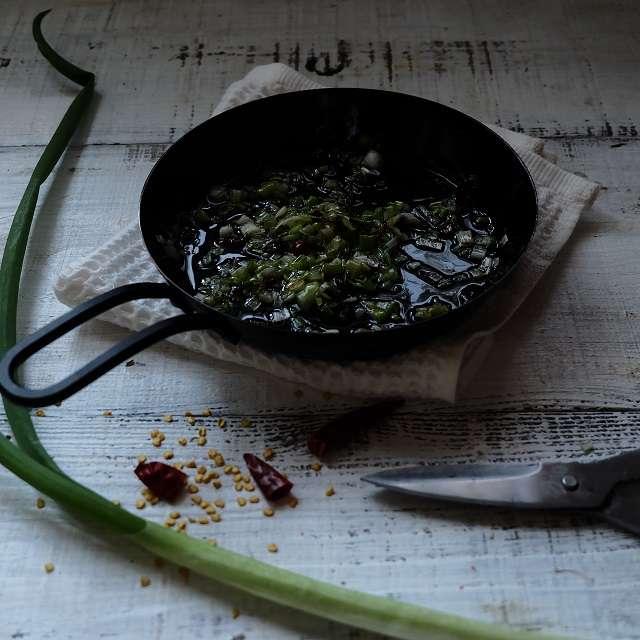 ごま油とネギ、鷹の爪を入れ薄っすら色づくまで炒める