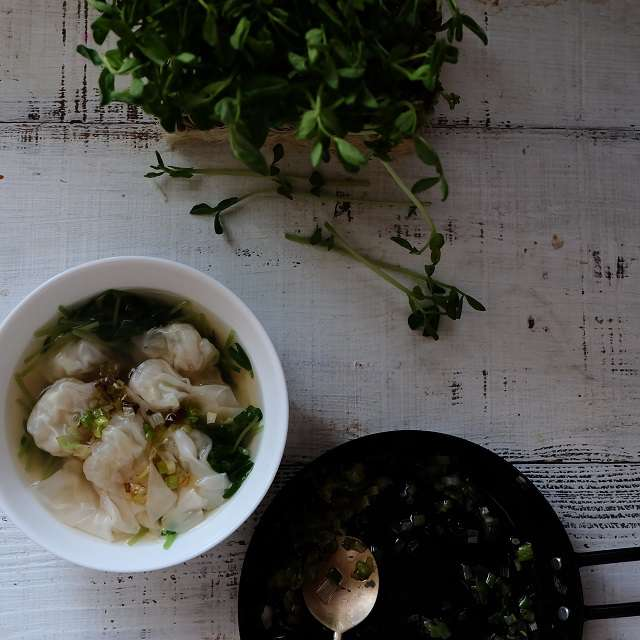 器に豆苗を入れ、ワンタンスープを注ぎ、炒めたネギをのせたら完成!