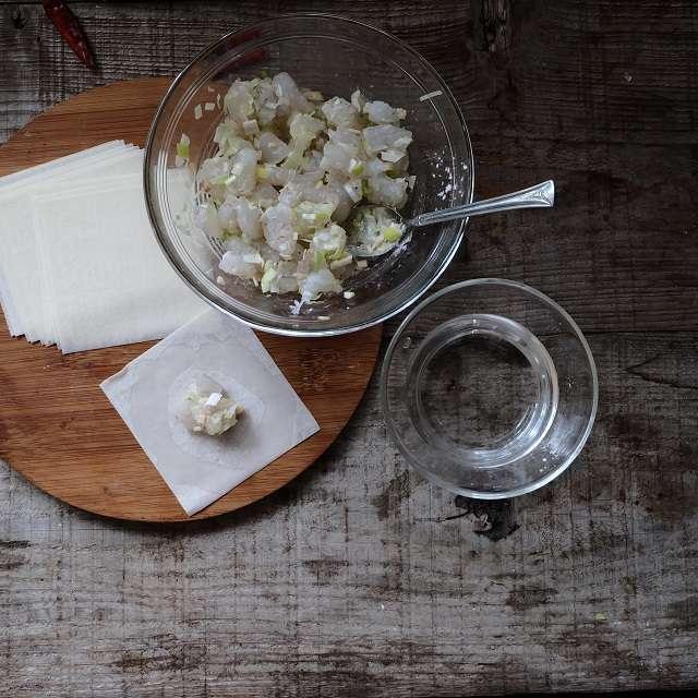 ネギと生姜をみじん切りにし、えびとあん材料をすべて加え混ぜ合わせる