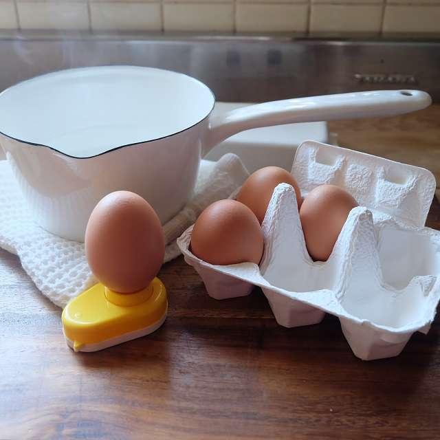 卵に穴を開けると、ゆで卵の皮がキレイに剥ける