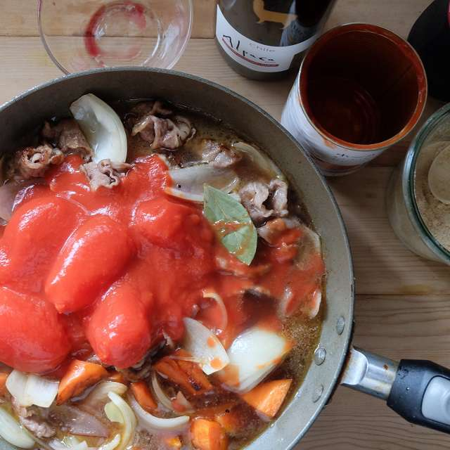 調味料とトマトを加え、ニンジンが柔らかくなるまで煮込む