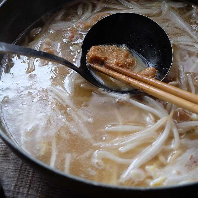水とみりんを加え一煮立ちさせ、弱火で味噌を溶き入れる