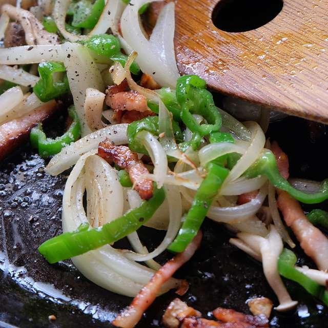 しめじ、ピーマン、玉ネギを加え炒め、塩、コショウで味付け