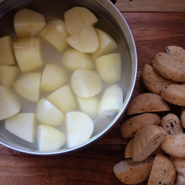 ジャガイモの皮を剥き、食べやすい大きさに切り水にさらす