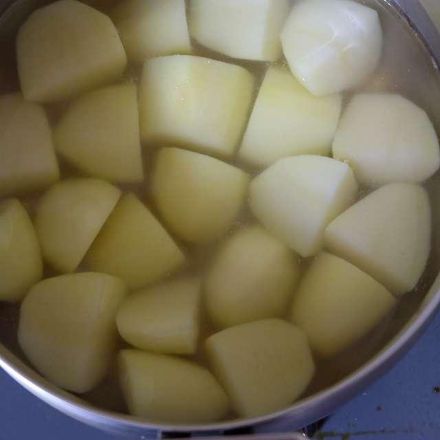 だし汁とジャガイモを入れ強火にかけ、煮たったら中火にし、酒、砂糖、みりんを加え煮る