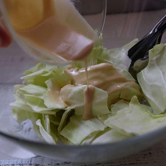 水を切ったキャベツにワサビ醤油マヨネーズを加えよく混ぜる
