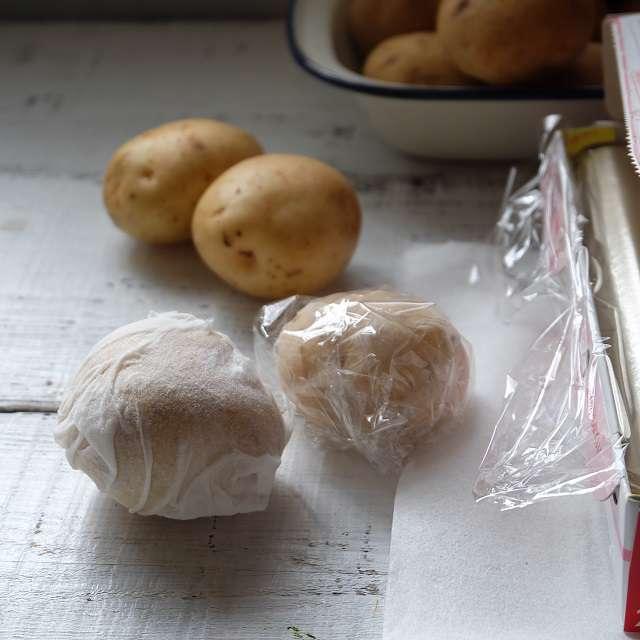 ジャガイモ湿らせたペーパータオルで包み、その上からラップで包む