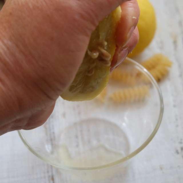 レモン果汁を絞っておく