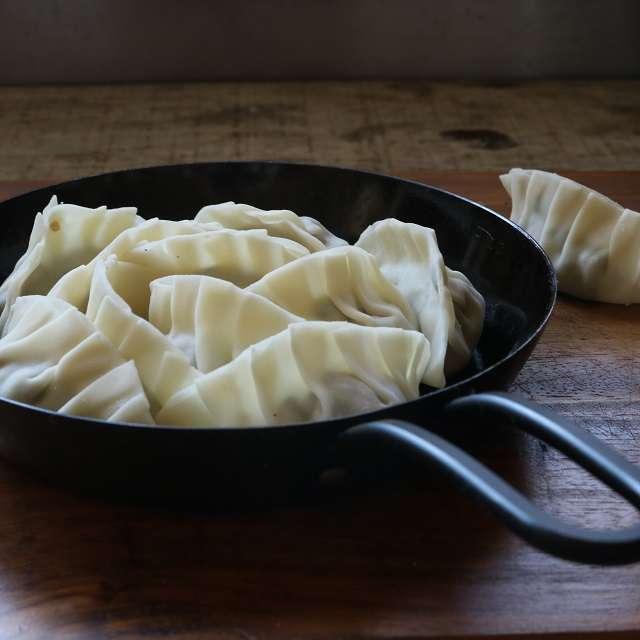 サラダ油を入れ、餃子を並べる