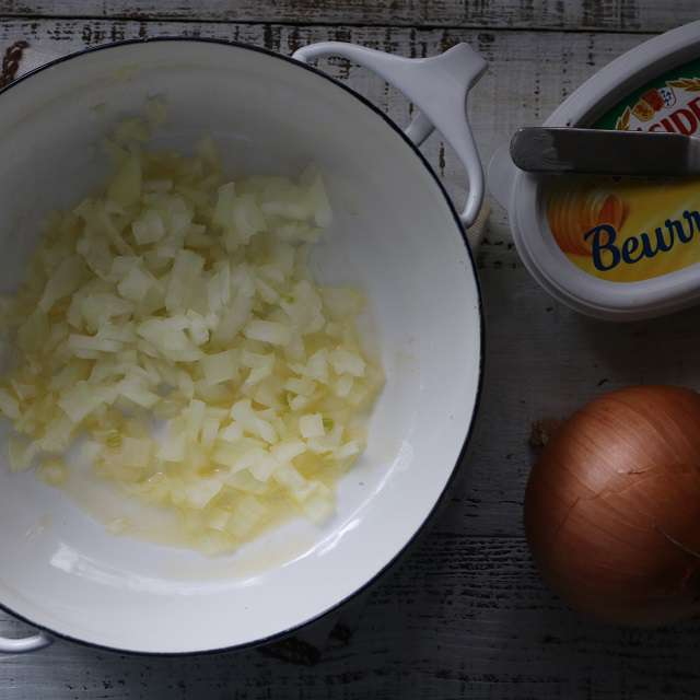 みじん切りした玉ネギをバターで炒める