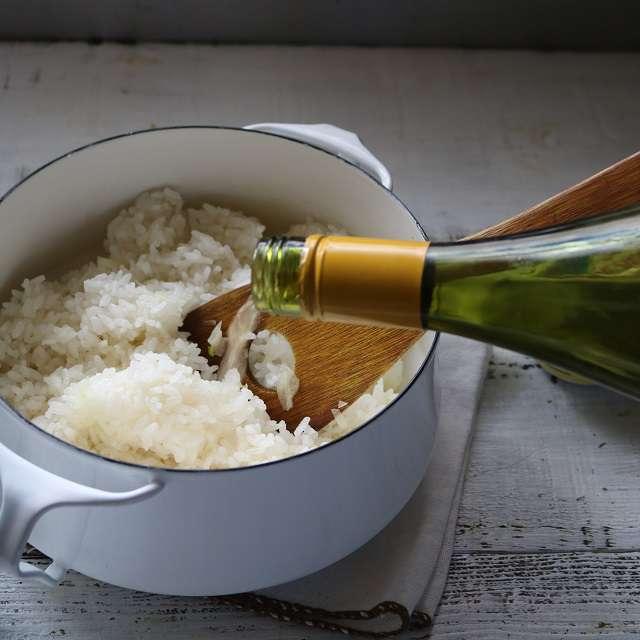 ご飯にワインを加え、混ぜながら煮る