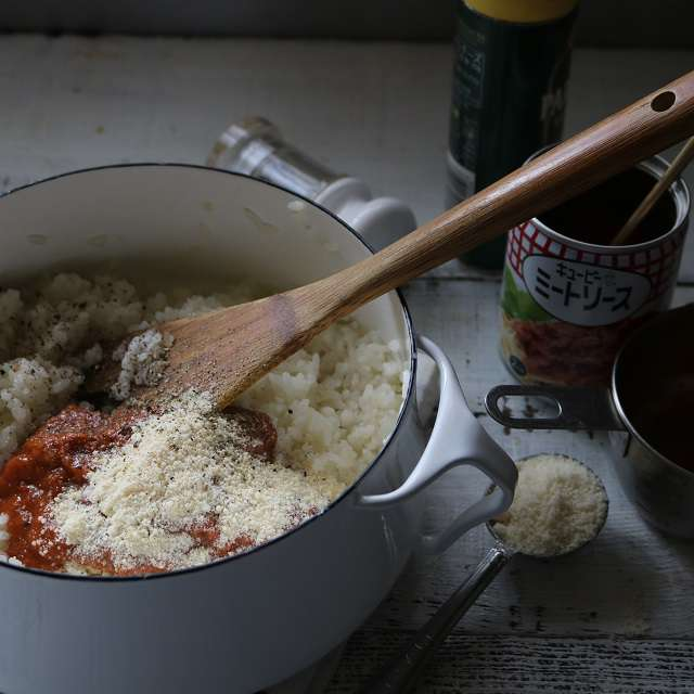 ミートソース、パルミジャーノチーズ、塩、こしょうを加え混ぜ合わせる