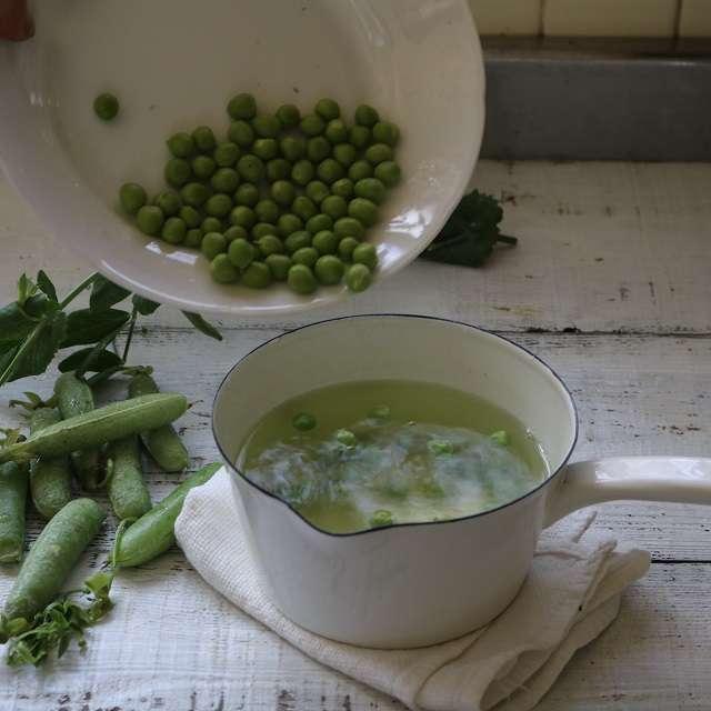 ブイヨンに塩少々を加えでグリーンピース、スナップエンドウ、そら豆を茹でる