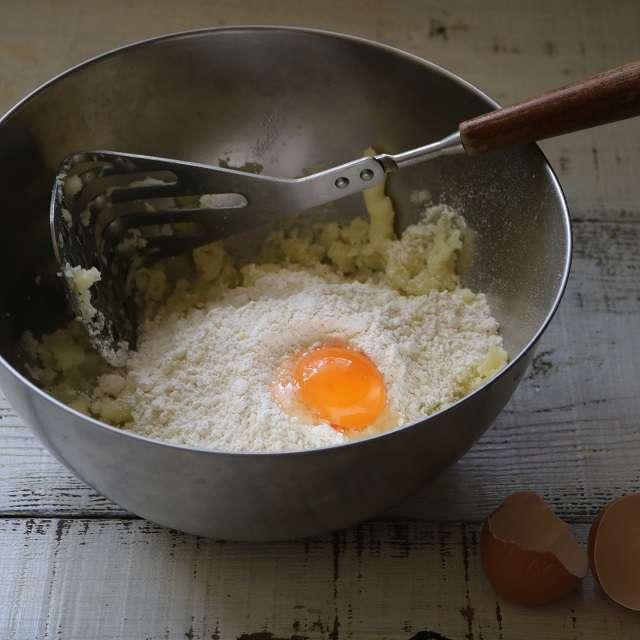 薄力粉、卵黄、塩を加え混ぜる