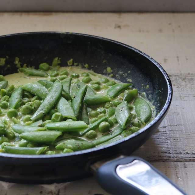 そら豆とクリームチーズ、残りのブイヨン1/2を加え、グリーンピース、スナップエンドウを加え混ぜる