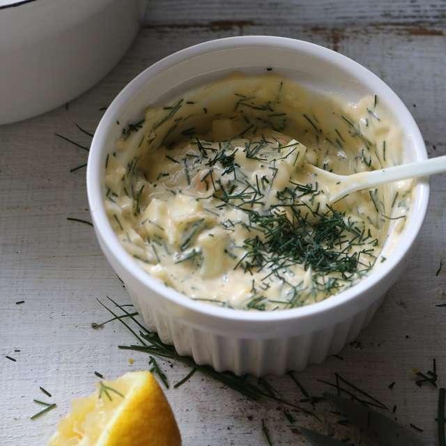 ゆで卵、ニンニク、玉ネギ、ディルとレモン果汁をマヨネーズに入れて混ぜる