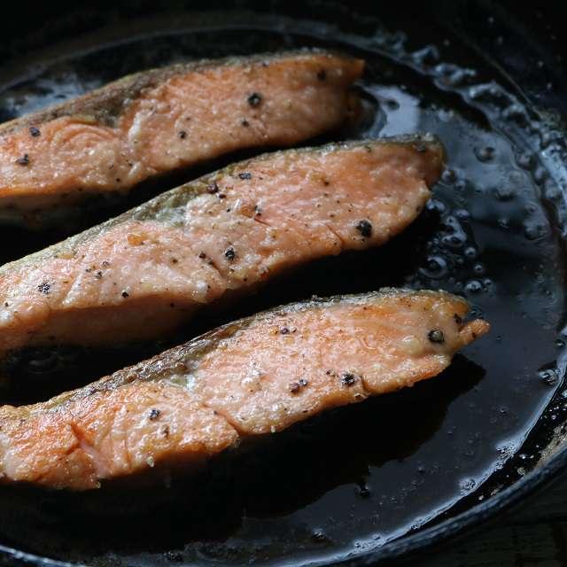 バターが泡立ってきたら鮭を入れ、中火で焼く