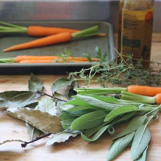 ミニにんじんの茎を少し残して切り、根の先は落としておく。ハーブは適当にちぎる。