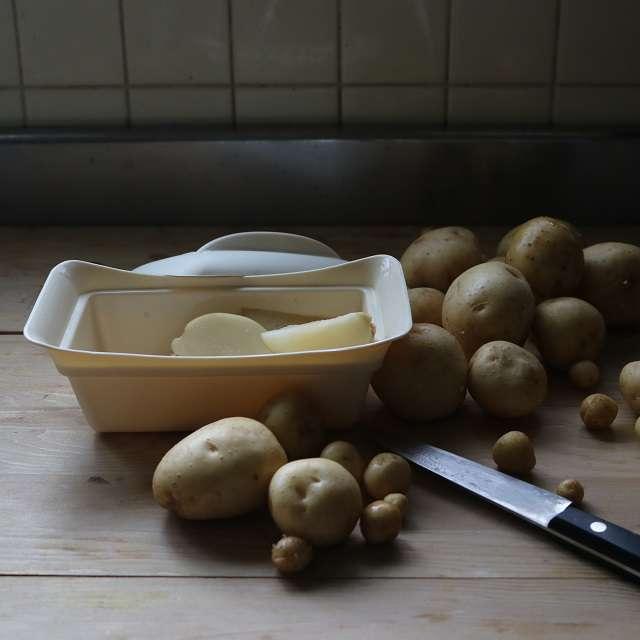 くし型に切ったジャガイモを6分間レンジ加熱する