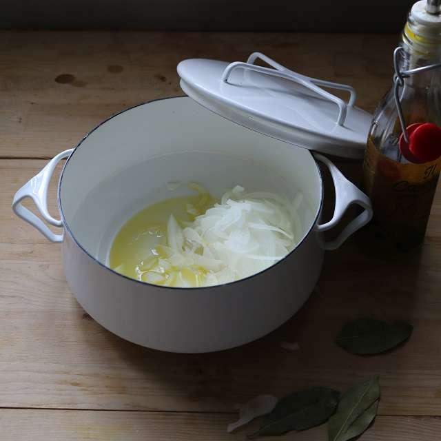 玉ネギとローリエをオリーブオイルで炒める