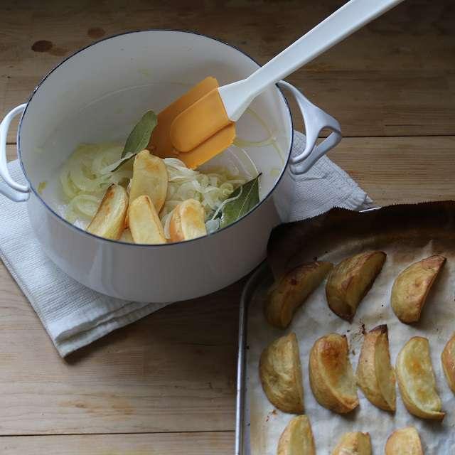 焼き上がったジャガイモを加え、ジャガイモに油がなじむように混ぜる