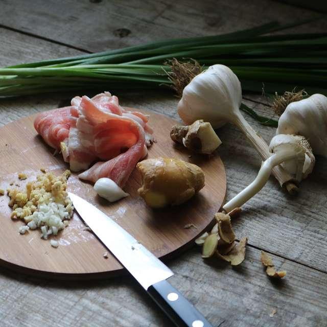 ニンニク、生姜はみじんに、ニラは2.5cm、肉は4cmに切る