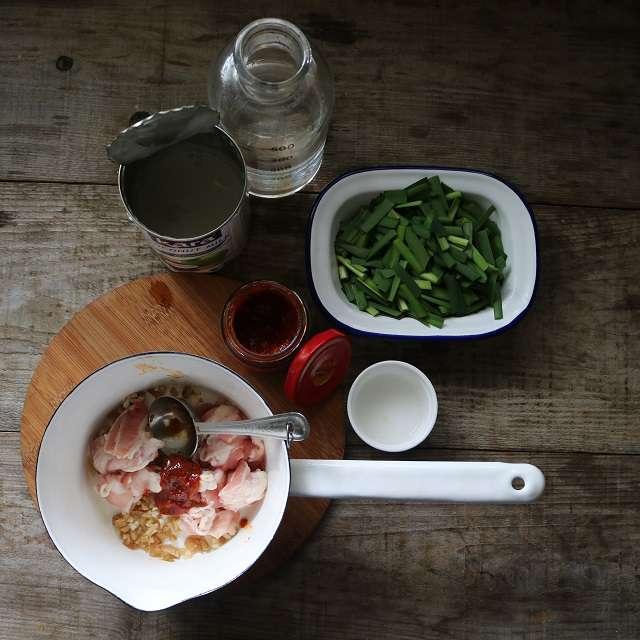 香りがしてきたら、肉、豆板醤を加え炒める