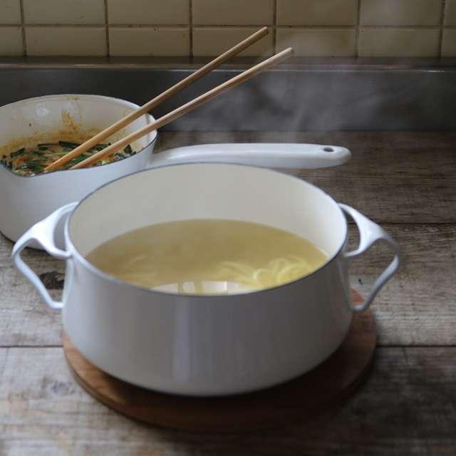 麺を茹で、ザルにあげて冷水で冷やし、水を切る