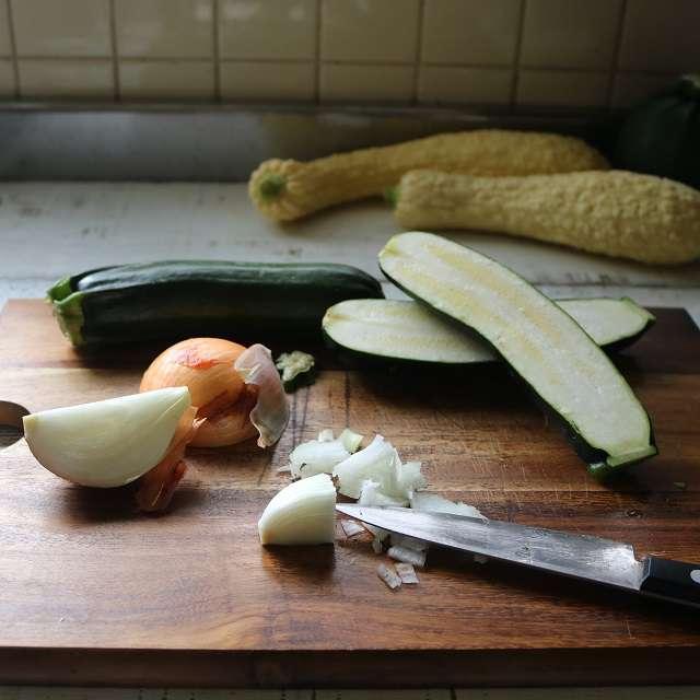 玉ネギはみじんに、ズッキーニは縦半分に切る