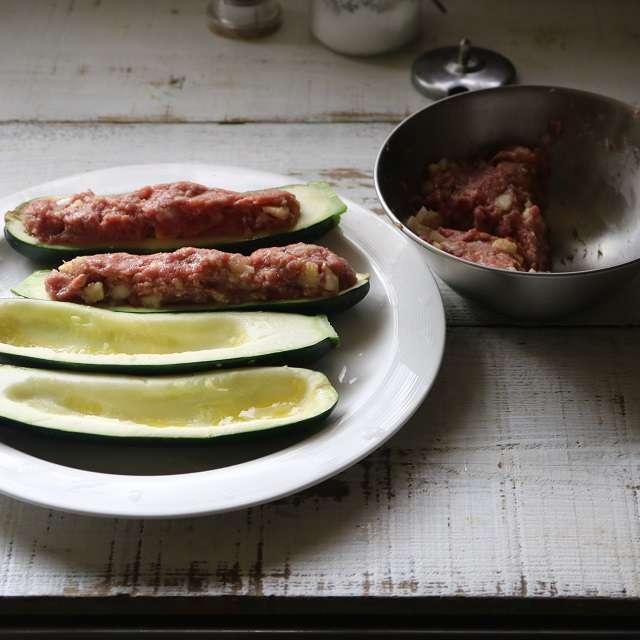 混ぜ合わせた肉をズッキーニに詰め、ラップをかけて5分レンジ加熱