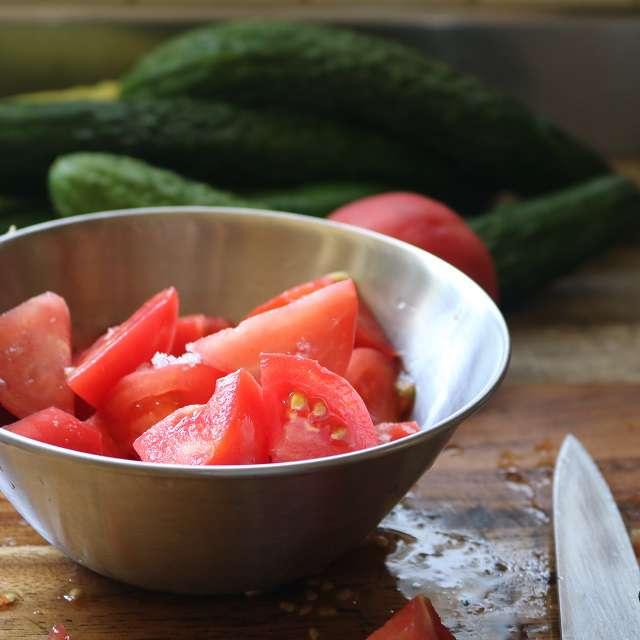 トマトは食べやすい大きさの乱切りにし、塩小さじ1/8をふり、混ぜて置き、水分を出す