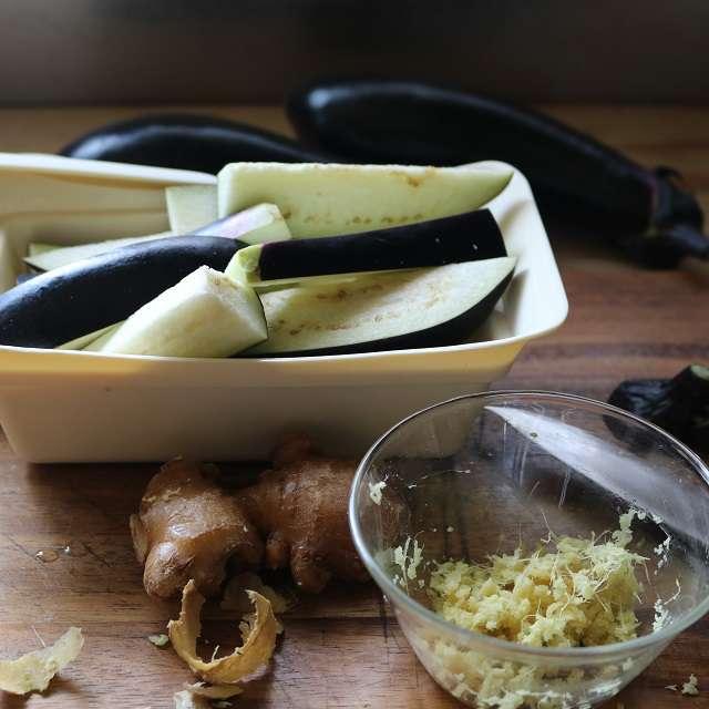 ナスをくし型に切り2分間レンジ加熱、生姜はすりおろす