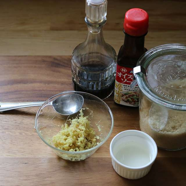 調味料とすりおろした生姜を混ぜ合わせておく