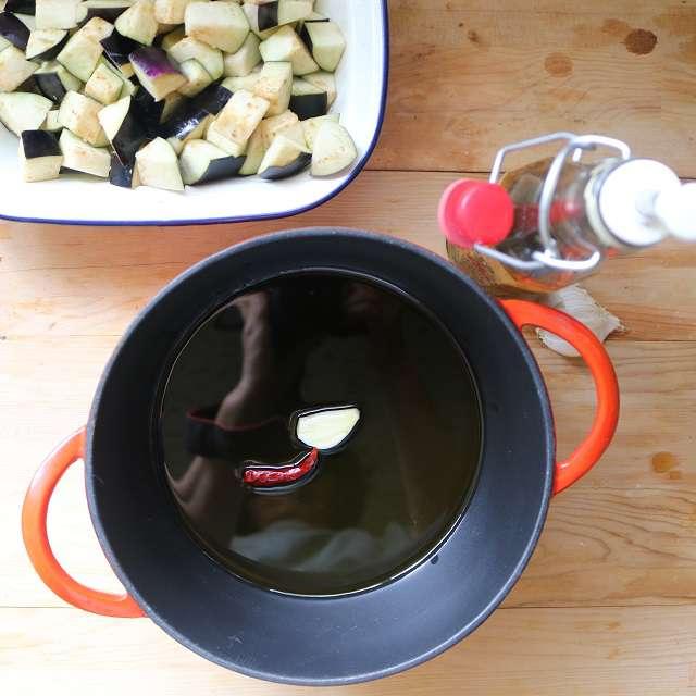 オリーブオイルにニンニク、赤唐辛子を入れ弱火にかけ、香りが出たら取り出す
