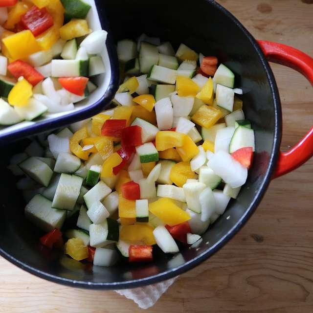 他の野菜に軽く塩をふり、玉ネギが少し色がつくまで炒める