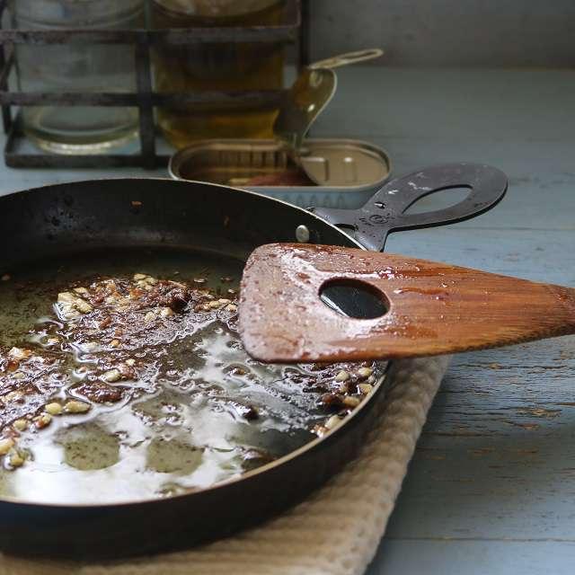 フライパンにアンチョビ、ニンニク、オリーブオイルを入れ、アンチョビが溶けるまで炒める