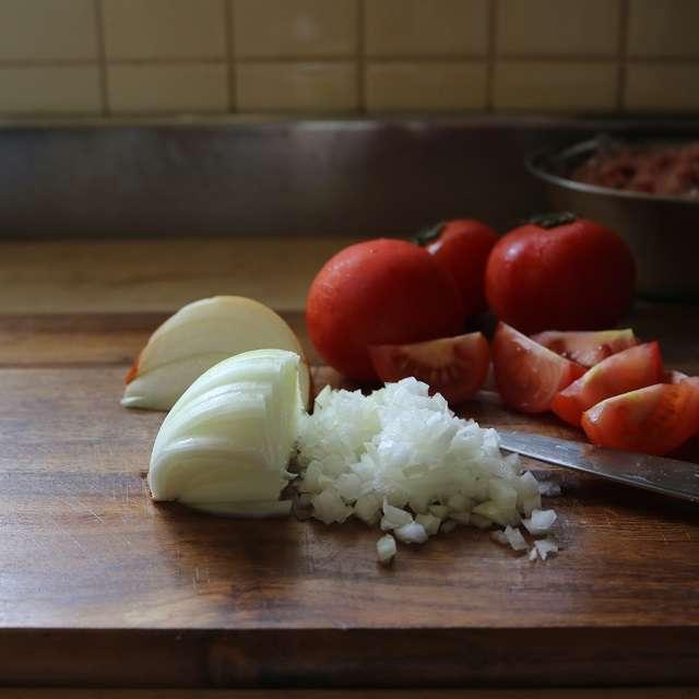 玉ネギはみじんに、トマトくし型に切る