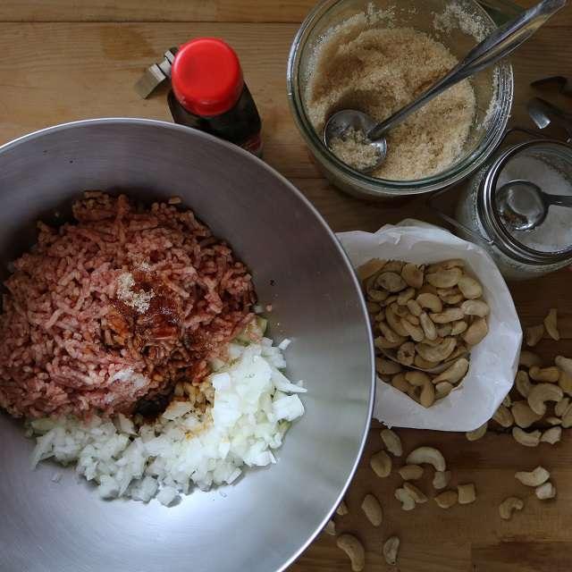 ひき肉にオイスターソース・砂糖・塩と砕いたカシュウナッツ入れてよく練る
