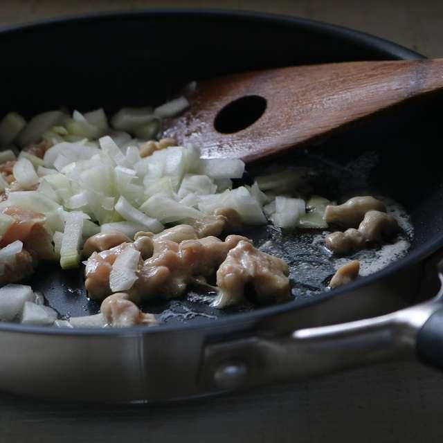 バターを溶かし、鶏肉と玉ネギを中火で炒める