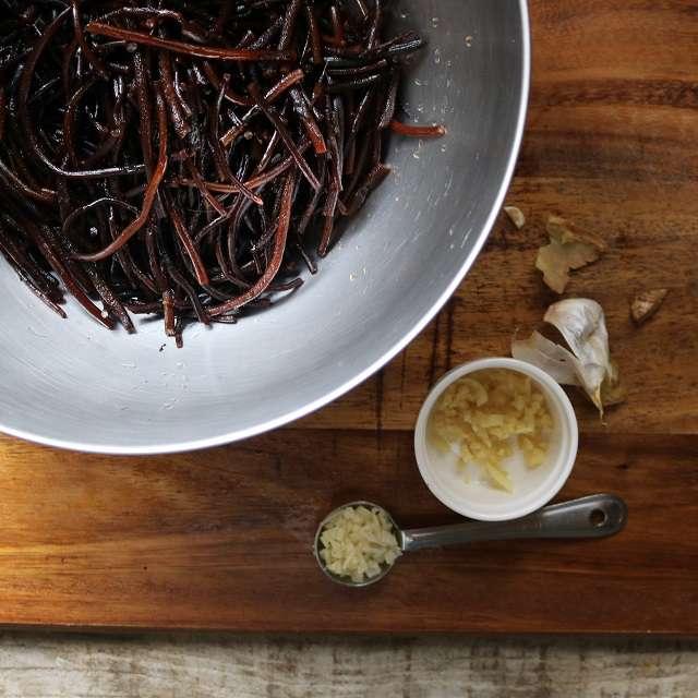 にんにくと生姜をみじん切り、唐辛子は種を取り除く
