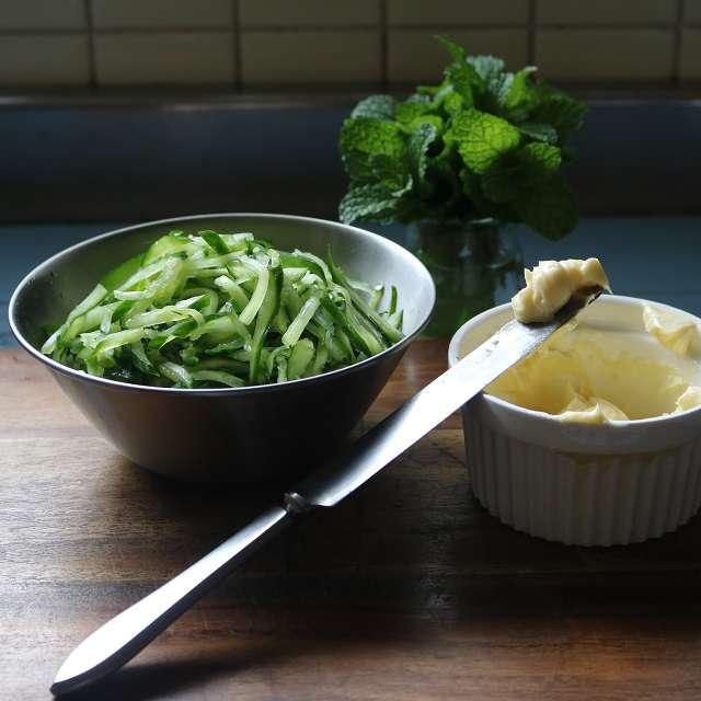キュウリに塩を振り軽く混ぜ、からしバターを作っておく